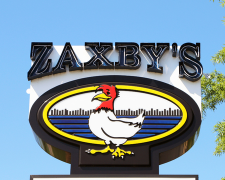 NASHVILLE, TENNESSEE-DECEMBER 30, 2017:  Sign for a Zaxby's restaurant.  Zaxby's competes in the fast casual segment with over 800 locations in the southeastern USA. Standard-Bild - 101833131