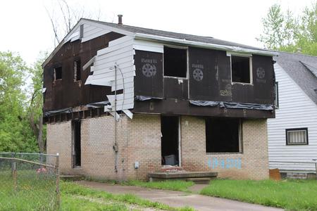 FLINT, MICHIGAN-DECEMBER 30, 2017:  Fire damaged, vandalized and abandoned building in Flint, Michigan. Standard-Bild - 101833140