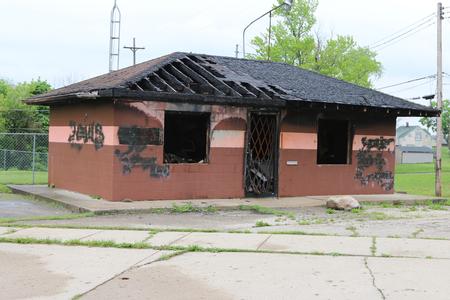 FLINT, MICHIGAN-DECEMBER 30, 2017:  Fire damaged, vandalized and abandoned building in Flint, Michigan. Standard-Bild - 101833141