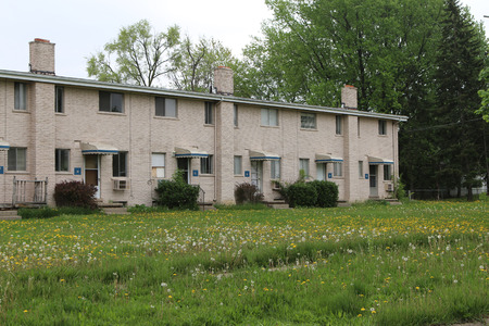 FLINT, MICHIGAN-DECEMBER 30, 2017:  Low income housing with uncut grass and weeds.  Many units are abandoned. Standard-Bild - 101833144