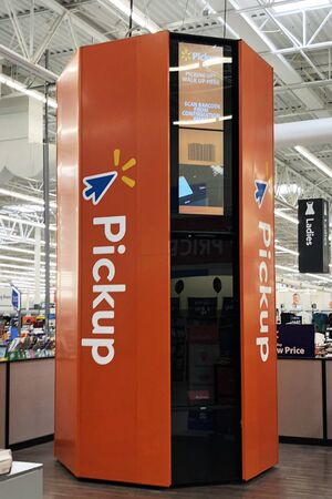 FRANKLIN, TENNESSEE-October 17, 2018:  Walmart has started installing kiosks in its stores to improve customer service and better compete with on-line sellers such as Amazon. 新闻类图片