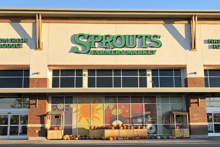 NASHVILLE, TENNESSEE-OCTOBER 29, 2018:  Close up of a new Sprouts farmers market grocery store in a Nashville suburb. 新闻类图片