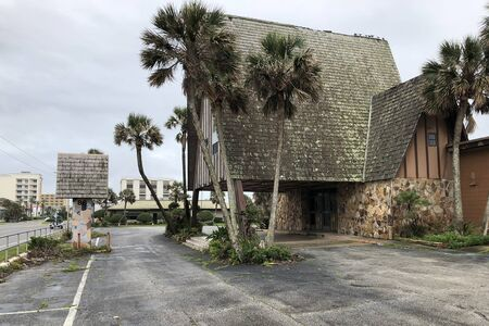 Abandoned tiki style restaurant from the 1960's, formerly known as Julian's.  The building has now been condemned. 新闻类图片