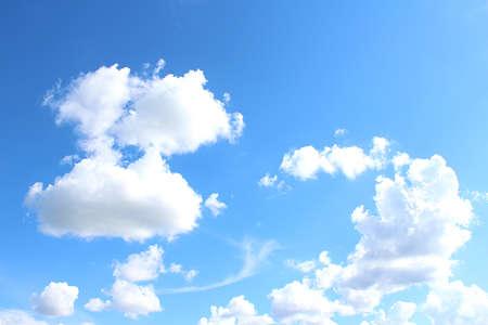 blauer himmel mit wolken: