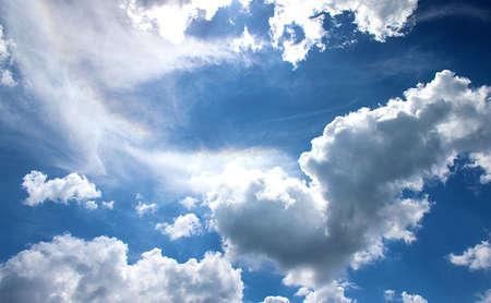 blauer himmel mit wolken: Wolken des blauen Himmels mit Sonnenlicht Lizenzfreie Bilder