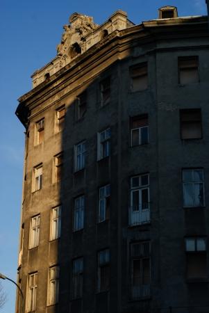 Una vivienda abandonada en la calle Zlota en Varsovia ventana sucia, las paredes y pisos vac�os incumplidas en edificio antiguo en el centro de Varsovia Foto de archivo - 18113675