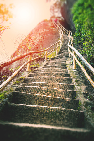 subir escaleras: Escalera en la montaña Foto de archivo