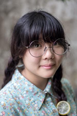 gestos de la cara: Young asian girl portrait Foto de archivo