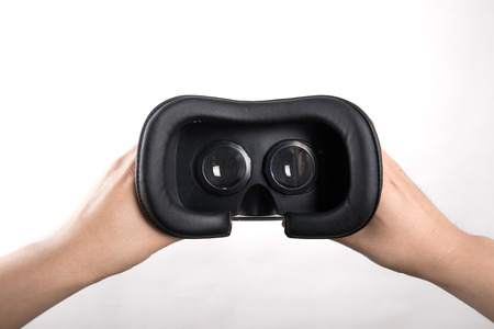 anteojos: Mano que sostiene las gafas de realidad virtual