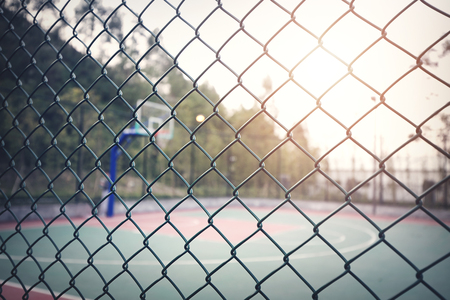 フェンスとバスケット ボール コート