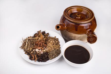 냄비와 중국 약초 차 스톡 콘텐츠