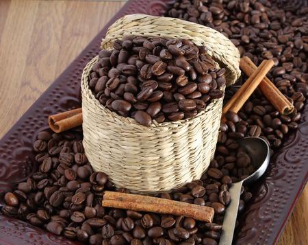 cafe colombiano: Granos de café en la cesta Foto de archivo