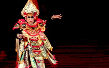 kecak: Single performance of Balinese dancer