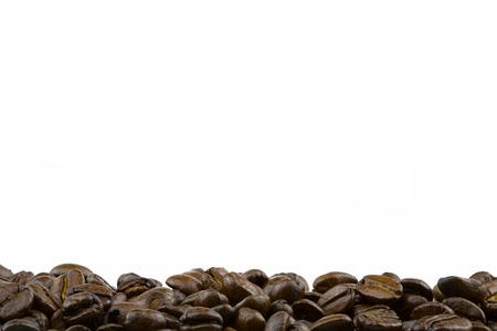 Row of roasted coffee beans with white background Zdjęcie Seryjne