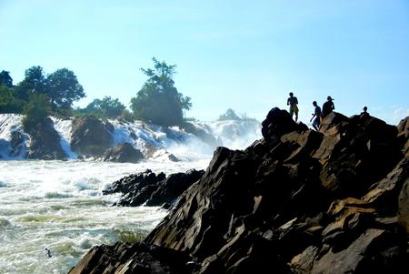 ラオス ドンデット、4000 の島近くの強力なコーンパペンの滝