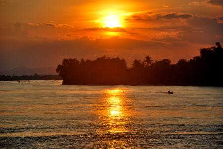 ラオス ドンデット、4000 の島の夕日を見てください。