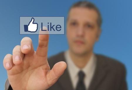 Muž dotýkat sociálních médií jako odkaz
