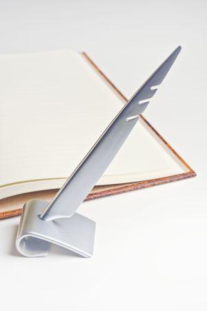 adn: Bloc de notas y elegante pluma.