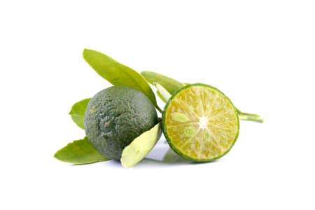 緑カラマンシーとレモンは、白い背景で隔離の代わりに使用される葉のグループ 写真素材
