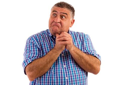 cara sorprendida: Hombre pensando mucho acerca de un problema sosteniendo sus manos en la barbilla