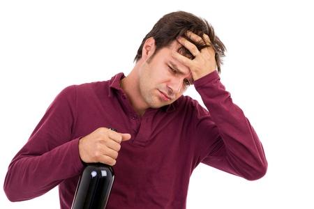 to degrade: hombre borracho con dolor de cabeza aislado en blanco