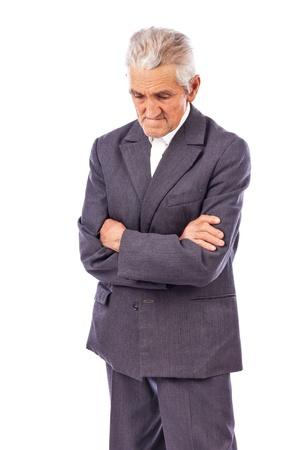 hombre pobre: Hombre mayor con los brazos cruzados mirando hacia abajo perdida en una profunda reflexión sobre fondo blanco