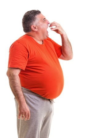 hambriento: Retrato de un hombre gordo hambriento aislado en fondo blanco