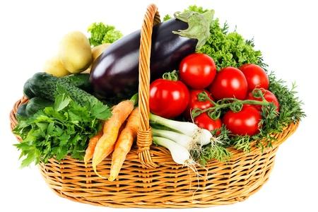 comida rica: Vegetales frescos en la cesta de aislados en blanco