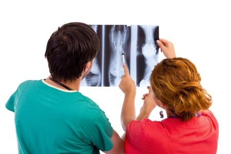arzt gespr�ch: Zwei �rzte mit medizinischen Beratung von x-ray auf wei�em image.Isolated
