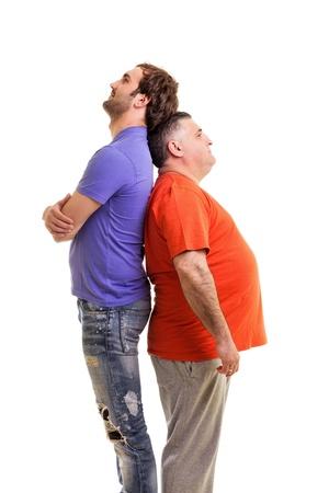 Due uomini in piedi back to back isolato su sfondo whute