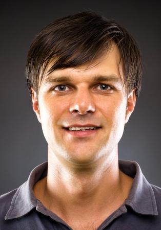 Retrato de hombre joven y guapo sonriendo Foto de archivo - 21052993