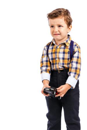 tantrums: Adorabile ragazzino piangendo contro sfondo bianco