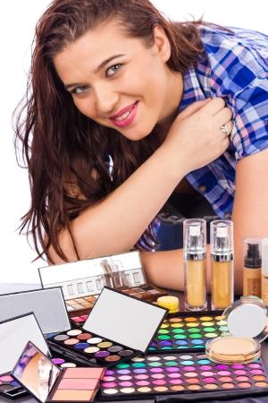 primp: Giovane donna con un mazzo di make up isolato su uno sfondo bianco Archivio Fotografico