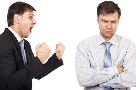 persona deprimida: Retrato de dos hombres de negocios que tienen un enfrentamiento aislado background.Conceptual imagen en blanco Foto de archivo