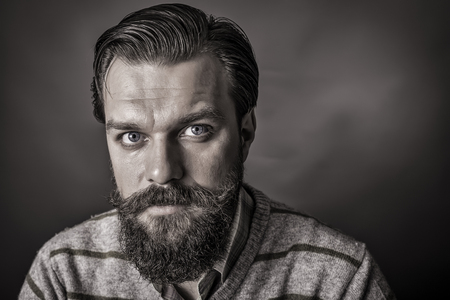 visage homme: Gros plan d'un beau jeune homme avec look r�tro sur fond gris