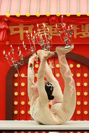 Arcobat bailar con velas fuego en la cúpula de circo