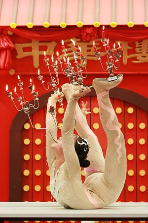akrobatik: arcobat Tanz mit Kerzefeuer an der Haube des Zirkusses Lizenzfreie Bilder