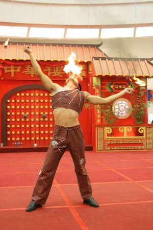 under fire: canal�n del arcobat fuera del fuego peligroso debajo de una b�veda del circo