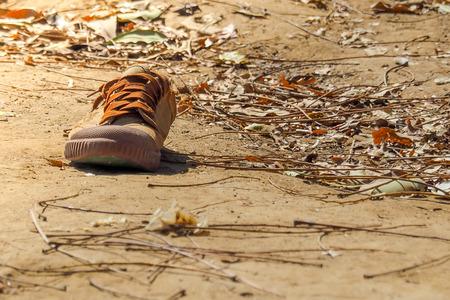 혼자 남자 학생 신발이 학교에서 만료되었습니다. 스톡 콘텐츠
