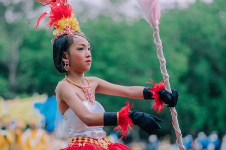KANCHANABURI THALANDE - 18 JUILLET : Le tambour-major et les défilés non identifiés sont prêts pour l'ouverture du jeu athlétique le 18 juillet 2018 à l'école Nongthabong de Kanchanaburi, en Thaïlande