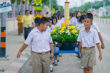 KANCHANABURI THALANDE - 26 JUILLET : Étudiants thaïlandais dans un défilé de bougies, festival bouddhiste de bougies prêtées le 26 juillet 2018 à l'école Watkrangthongratburana à Kanchanaburi, Thaïlande