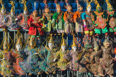Traditional handicraft puppets for sale  in the ancient pagoda in Bagan, Myanmar Standard-Bild