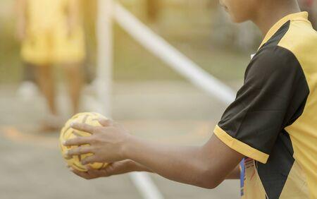 Schüler, die in der Schule traditionelles asiatisches Sportspiel Sepak Takraw spielen