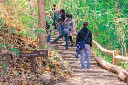 LAMPHUN THAILANDIA - 9 DICEMBRE : Turisti non identificati che scattano foto e selfie mentre fanno un'escursione alla cascata di Ko-luang il 9 dicembre 2019 al Parco Nazionale di Mae Ping a Lamphun, Thailandia.