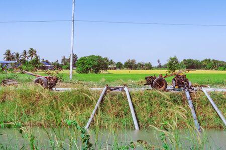 Reihe von Wasserpumpen auf Anhänger, die verwendet werden, um Wasser aus dem Bewässerungskanal in landwirtschaftliche Gebiete zu pumpen Standard-Bild