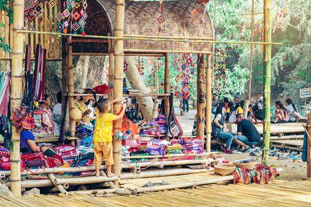 Ratchaburi THAILAND - 19. JANUAR 2020: Kunsthandwerk, hausgemachtes Essen, Baumwollkleidung und mehr von lokalen Karen-Dorfbewohnern kommen, um eine Gemeinschaft zu bilden und den lokalen Markt namens Ohpoi Market in Ratchaburi Thailand einzurichten. Editorial