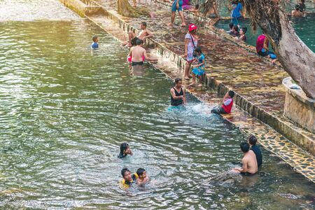 KANCHANABURI, THAILAND - JANUARY 1: Unidentified Asian tourists bathe and soak the body in warm mineral water for good health at Hindad Hot Spring on january 1, 2020 in Kanchanaburi, Thailand. 新聞圖片