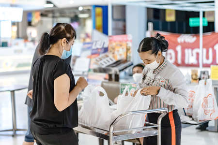KANCHANABURI/THAILAND-APRIL 28,2020 : Atmosphere of ordering food to be taken back to eat at home in the situation of the spread of the corona virus (Covid-19) at Robinson Department Store. Redactioneel