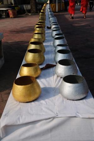 limosna: Bol de limosnas de los monjes