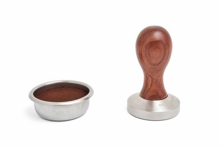hot temper: un filtro de caf� con el grano de tierra y el temperamento aislado en fondo blanco